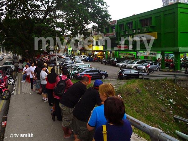 A  50 meter-long queue at 7:00pm. Kaw Kaw Burger Bakar takes order from 7:30pm